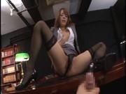 スタイル抜群の淫乱美人秘書Rioが社長の机の上で淫語連発しながらM字開脚オナニーして男のオナニーをサポートしてるぜ!