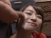 大量のザーメンを顔射された初美沙希ちゃんがそのままエレベーターに乗り周りから白い目で見られる