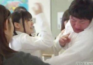 集団無料H動画。転校初日からJKの集団いじめに遭うM男の扱いが酷すぎる☆