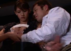 映画館で欲情した男女がそのまま手コキ手マンをおっぱじめる!