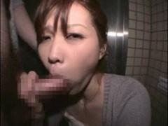 姉の無料H動画。アパートの片隅でぺろぺろをしちゃうお手頃感覚の御姉さん