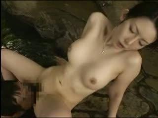 素人離れした美巨乳な素人巨乳人妻さんと温泉でしっぽり不倫旅行!