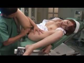 イケメン医師を誘惑して手術室で手マンされて激しくセックスをしていってしまう変態ナース
