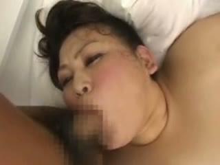 安岡たまき デブすぎる段腹爆乳豊満熟女が突かれて肉が揺れまくり肉欲3Pセックス
