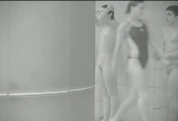 プールで水泳の練習中の女子がマン毛透け透けwww