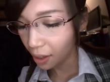 眼鏡を掛けた痴女系美人お姉さんと着衣セックス
