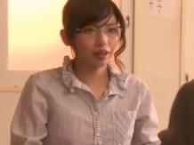 三社面談でセックスしてしまうメガネ女教師が抜ける!