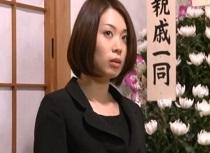 杏子ゆう 同級生の祭壇の前でディルドオナニーする不品行な喪服女