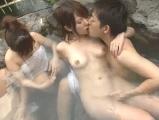 友人夫婦と訪れた混浴露天風呂で妻友を寝取っちゃう旦那