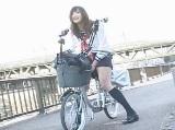 バイブ付き電マ自転車で我慢出来ずに豪快な潮吹きしちゃう女の子
