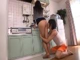 キッチンに立つパンストを履いた美脚OLにの足に興奮して・・・