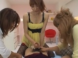男の娘をニューハーフ3人がかりで手コキ責めするエロ動画