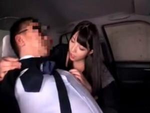 タクシーに乗り人気のない地下駐車場を指定してそこで運転手を痴女る 上原亜衣