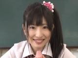 美少女な女子校生が教室内でディルドオナニー。パイパンマ○コに突き刺さるたび…
