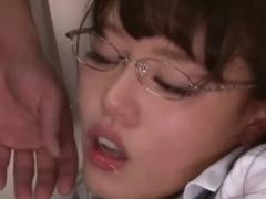 エレベーターに閉じ込められた美女の浜崎真緒ちゃんが犯される!