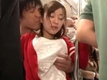 満員電車でお尻が超エロい赤い服のお姉さんが痴漢されてるww