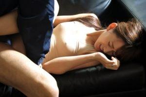 睡眠薬を盛られ夫の目の前で犯される美人妻!