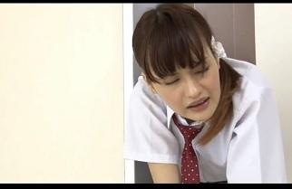 マンションのエレベーターに乗り込んだ美少女がエレベーター内で手マンされたりバック挿入される
