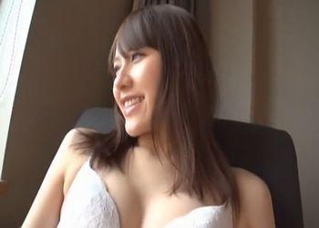 ミニスカートの下はまさかのTバック!色白でガッキー似の女子大生をホテルでハメ撮り!