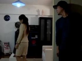 一人暮らしの美巨乳な美女の部屋に不法侵入して中出しレイプする変態男
