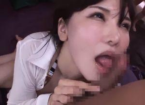 色白な淫乱お姉さんがそのLカップの爆乳をさらけ出して複数の男性のチンポに囲まれながらも嬉しそうにフェラチオをする!連続セックスで精子をおっぱいにぶっかけられる