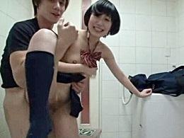 甘い言葉に騙された女の子がオジサンとトイレでハメ撮り