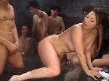 混浴露店風呂で衆人環視の中セックスする熟女妻