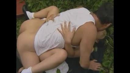 親子で草むらで近親相姦!娘のオマ●コにむしゃぶりついてぶち込む様子も盗撮もされちゃう!