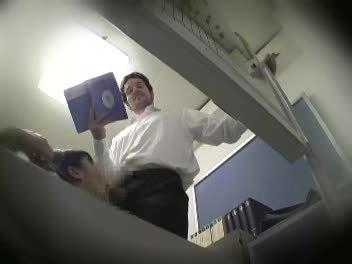 女子校生が外国人教師を誘惑!スカートをめくってパンチラ攻撃!