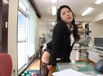 浅倉彩音 エロ本を見ながら椅子の肘掛けで角オナニーするお姉様