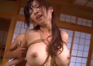 縄で縛られた巨乳美女のふとん和室セックス!