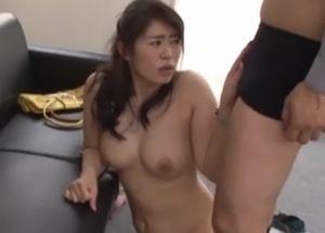 会社の上司に襲われる巨乳妻がオフィスでセックス!
