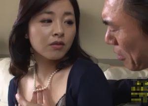 自宅に来た訪問販売の男に抱かれてしまう美熟女!
