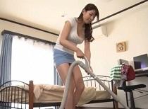 香山美桜 息子の部屋を掃除するタイトミニお母さんのチラリズム