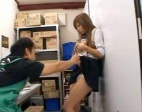 万引きしたことを認めないからコンビニ店長にパコられる不良JK☆