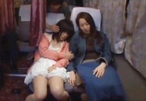バスにて、素人女性の無料H動画。夜行バス車内で睡眠中の女子高生が母さんの目の前で犯されちゃう★