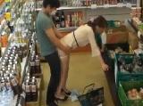 【にゃんにゃん動画】スーパーの店内で媚薬を塗ったチ○ポいきなりインサートされ犯されてしまう美人妻 …||動画