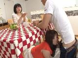 結婚が決まった女友達に嫉妬してテーブルの下で彼氏を寝取る小悪魔痴女