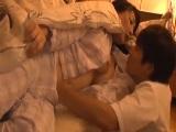 旦那の寝ている横で息子の同級生に夜這いされちゃうパイパンの巨乳若妻