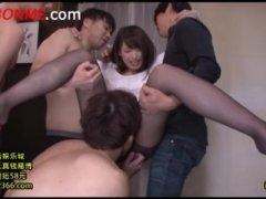 玄関でエロモードに突入した小町娘 な秋山祥子がそのまま3P