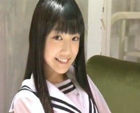 はにかんだ時のえくぼがキャワワ美今時ギャルジュニアグラドルのイメージビデオ