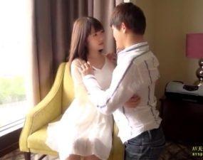 昼下がりのホテルで人形みたいな顔立ちの姫系女子とH。
