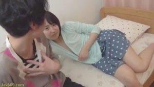 女子大生の派遣教師に胸チラで魅惑する学生が活動的すぎる☆