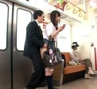 携帯に夢中のJKを白昼堂々痴漢w気付く気配が無いので電車内でガチハメしてみましたw