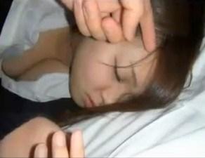 娘のフレンドを睡眠薬で眠らせてなか内発射するオヤジ親の個人的セックス襲う映像