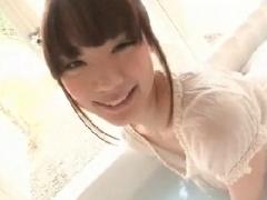 お風呂でスケスケTシャツ姿でマンズリオナニーする美少女