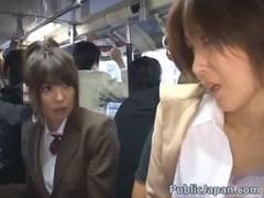 通学中のバス車内で隣で痴漢されるOLに視線釘付け状態の激かわ制服美女!