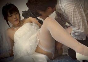 結婚式前に写真スタジオで撮影するカップルの新郎が待つ隣で新婦を寝取り