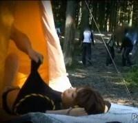 キャンプ場でテントから上半身を出してエッチ