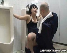 少年WCに接着剤で磔の刑にされる女子が肉便器にされちゃう☆